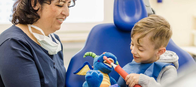Zahnarzt Windeck - Hamood - Kind auf dem Zahnarztstuhl