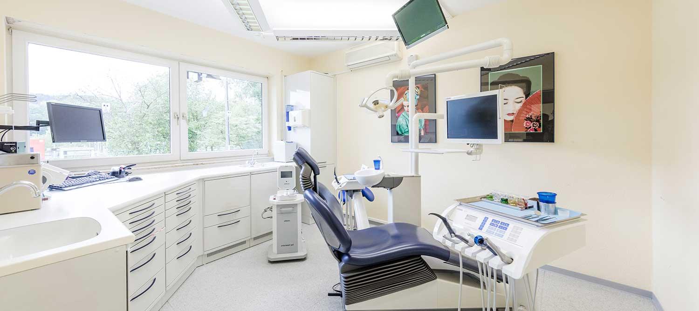 Zahnarzt Windeck - Hamood - Blick in ein Behandlungszimmer der Praxis